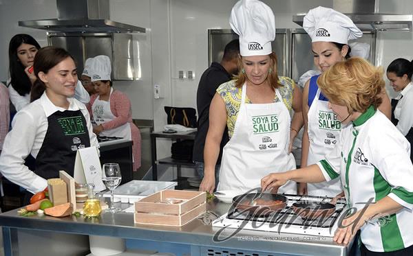 La Chef Jacqueline Henríquez supervisando a Giselle Tavarez y Elizabeth Pérez