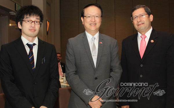 Valentino Ji Zen Tang y los embajadores Keisuke Hisasue y Crisanto Torres.