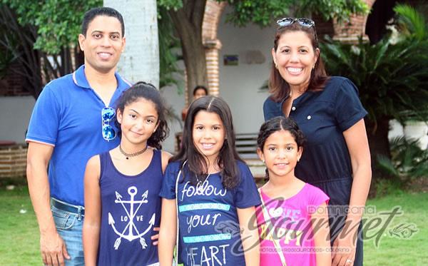Edauard Muñoz, Dilcia Uceta de Muñoz y sus hijas.